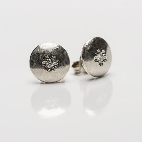 diamant in zilveren oorknoppen
