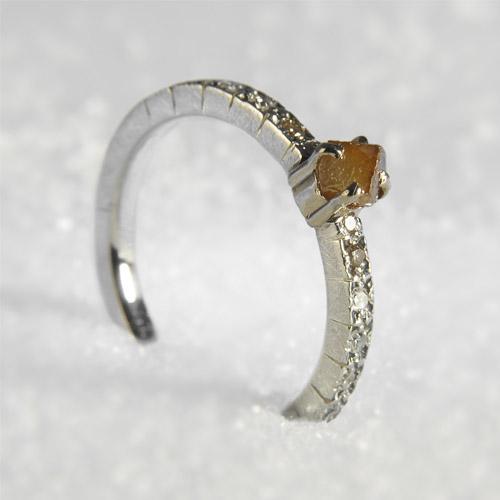 ruwe en briljant geslepen diamant