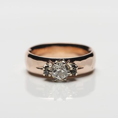 oudslijpsel en zwarte ruwe diamant op roodgouden ringe