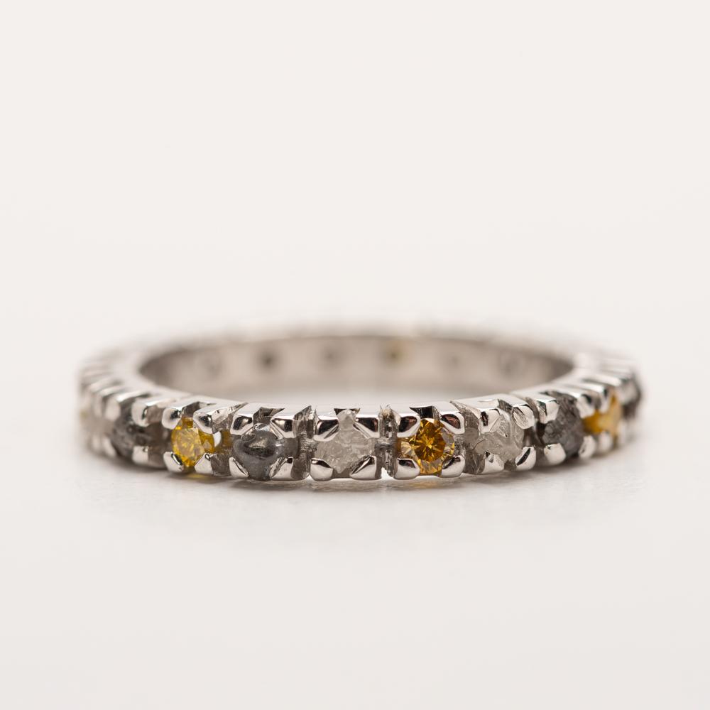 alliancering met briljant en ruwe diamant